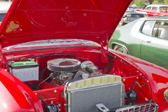 红色&白色1955年雪佛兰贝莱尔引擎 库存照片