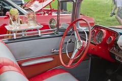 1957年Chevy敞篷车内部和通过驱动 库存照片