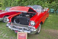1957年Chevy敞篷车橙色汽车 免版税库存照片
