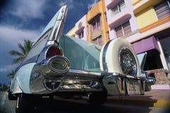 1957年薛佛列汽车在大厦前面停放了 库存图片