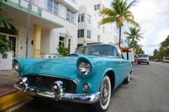 1957 Ford Thunderbird in het Strand van Miami Stock Foto's