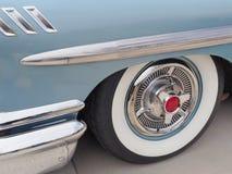 白色墙壁轮胎和花梢毂盖1958美国制造 图库摄影