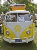 黄色&白色1966 VW野营车 库存照片