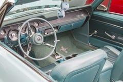 1967年水色Ford Mustang内部 库存图片