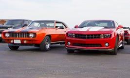 1969 & 2013 красный цвет Chevolet Camaros Стоковая Фотография