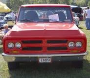 1972个红色GMC卡车正面图 免版税图库摄影