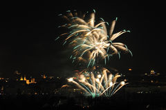1ER JANVIER : Le feu d'artifice 2013 d'an neuf de Prague le 1er janvier 2013, à Prague, République Tchèque. Image stock