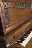 1s 8104挺直的钢琴 库存图片