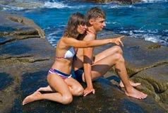 2个人礁石妇女年轻人 免版税库存照片