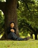 2个人纵向坐的结构树 免版税库存照片