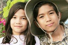 2个兄弟愉快的姐妹 图库摄影
