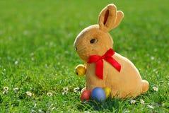 2个兔宝宝复活节彩蛋 免版税库存图片