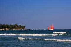 2个到达风帆猩红色船 库存图片