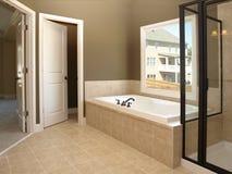 2个卫生间豪华木盆视窗 库存图片