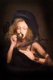 2个咖啡杯夫人年轻人 图库摄影