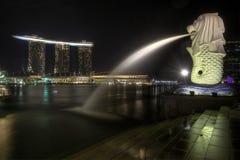 2个城市merlion公园新加坡地平线 库存照片