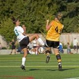 2个女孩足球大学运动代表队 免版税库存照片