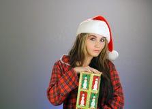 2个女孩辅助工s青少年的圣诞老人 库存照片