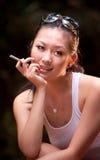2个女孩魅力抽烟 免版税图库摄影