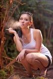 2个女孩魅力抽烟 免版税库存图片