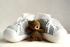 2个婴孩熊s穿上鞋子女用连杉衬裤 库存图片