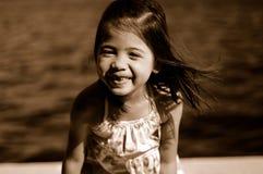 2个孩子微笑 免版税库存图片