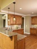 2个家蜂蜜厨房豪华设计 图库摄影
