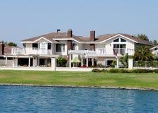 2个房子湖边 免版税库存照片