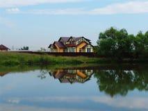 2个房子湖 库存照片