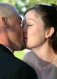 2个新娘亲吻婚礼 图库摄影