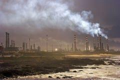 2个时候炼油厂 库存图片