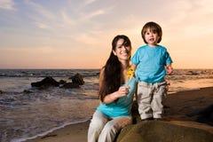 2个海滩妈妈儿子 库存照片