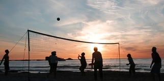 2个海滩日落排球 免版税库存图片