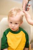 2个男孩剪切头发 免版税库存图片