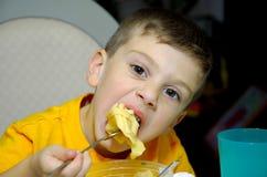 2个男孩吃 免版税图库摄影