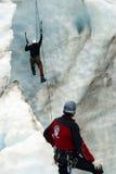 2个登山人冰 免版税库存照片