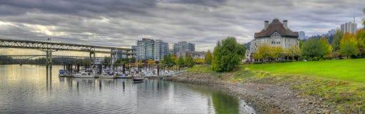 2个秋天海滨广场全景安排河 库存图片