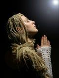 2个美丽的女孩祈祷的年轻人 库存图片