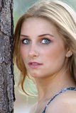2个美丽的户外金发碧眼的女人年轻人 库存图片