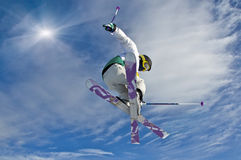 2个跳的滑雪者年轻人 库存图片