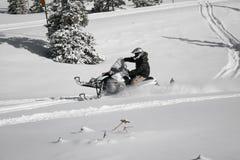 2个车手snowmachine雪上电车 免版税库存照片