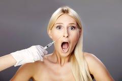 2个金发碧眼的女人botox 库存照片