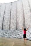 2充满敬畏心的喷泉妇女 免版税库存照片