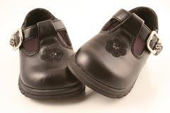 2双婴孩黑色鞋子 免版税库存照片