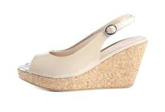 2只专利s凉鞋楔住妇女 免版税库存图片