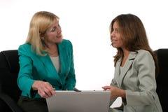 2名企业膝上型计算机二妇女工作 免版税库存图片