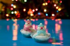 2圣诞节杯形蛋糕雪人 免版税库存图片