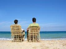 2在夫妇开会之后的海滩 库存照片