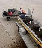 2在飞机上的装载的皮箱 库存照片