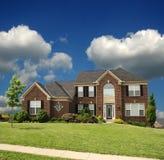 2块郊区砖家庭的故事 免版税库存图片